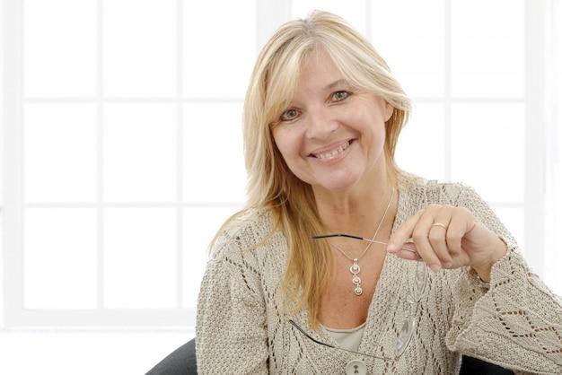 Portret dojrzała uśmiechnięta blond kobieta