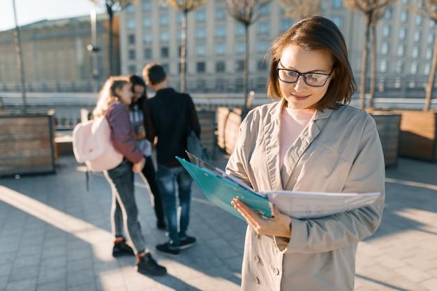 Portret dojrzała uśmiechnięta żeńska nauczycielka