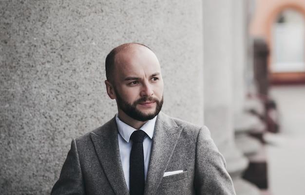 Portret dojrzałego mężczyzny w garniturze. pomysł na biznes