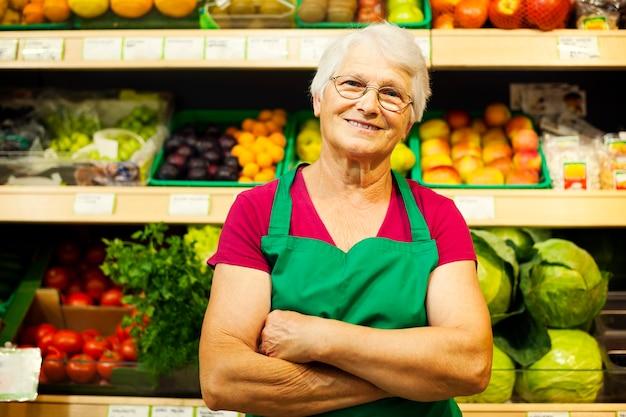 Portret dojrzałego pracownika sklepu