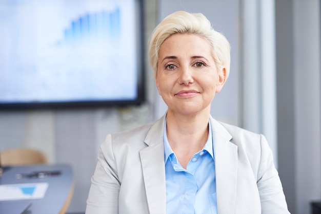 Portret dojrzałej bizneswoman w pracy