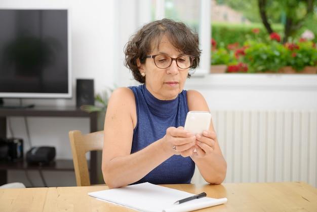 Portret dojrzałej kobiety z telefonem