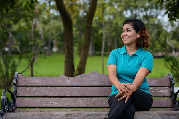Portret dojrzałej pięknej kobiety azji relaks w parku na świeżym powietrzu