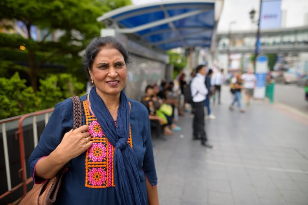 Portret dojrzałej pięknej kobiety indyjskiej zwiedzania miasta bangkok, tajlandia