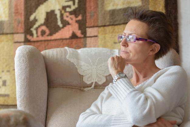 Portret dojrzałej pięknej skandynawskiej kobiety relaks w domu