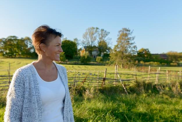 Portret dojrzałej pięknej skandynawskiej kobiety w parku w przyrodzie na zewnątrz