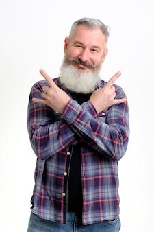 Portret dojrzały brodaty mężczyzna w ubranie pokazujący gest rock and rolla