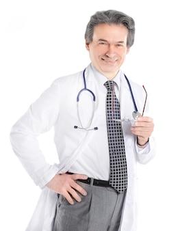 Portret dojrzały lekarz medycyny z białym fartuchem i stetoskopem na na białym tle.