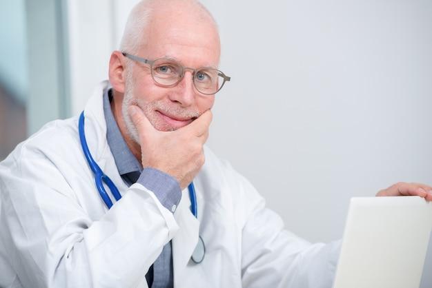 Portret dojrzały lekarz medycyny z stetoskopem