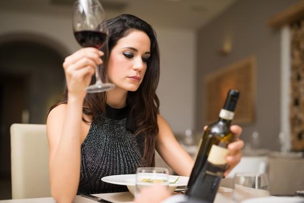 Portret dojrzały mężczyzna cieszy się szkło czerwone wino w restauraci