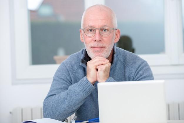 Portret dojrzały mężczyzna z białym włosy w domu