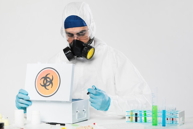 Portret doktorski patrzeć w medyczne próbki