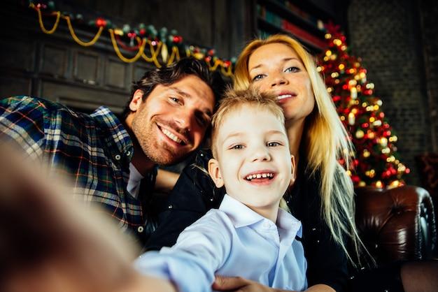 Portret domu rodzinnego. rodzice i syn wspólnie spędzają czas