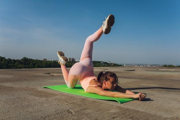Portret dopasowanie i sportowy młoda kobieta robi, rozciąganie w mieście.