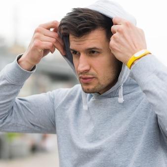 Portret dopasowanie sportowca przygotowuje się do biegania