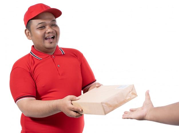 Portret doręczeniowego mężczyzna chwyta pudełka i klient ręka