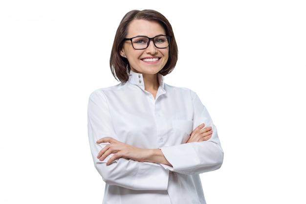 Portret dorosła uśmiechnięta żeńska kosmetolog lekarka
