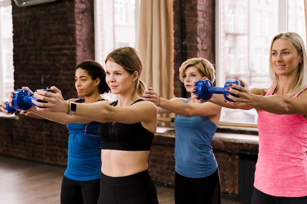 Portret dorosłe kobiety trenuje wpólnie przy gym