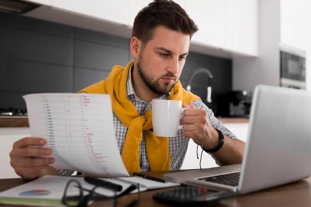 Portret dorosłego mężczyzny pracującego w domu