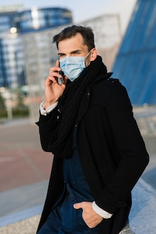 Portret dorosłego mężczyzny w kwarantannie grypy. zdjęcie na ulicy w mieście