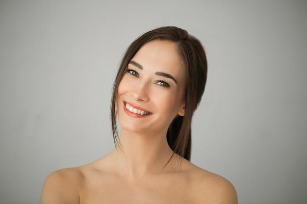 Portret dorosłej kobiety brunetka o doskonałej skórze. koncepcja pielęgnacji skóry