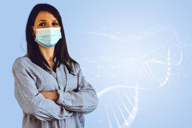 Portret dorosłej kobiety noszącej maskę ochronną tło medyczne zaufanie pacjenta do opieki zdrowotnej