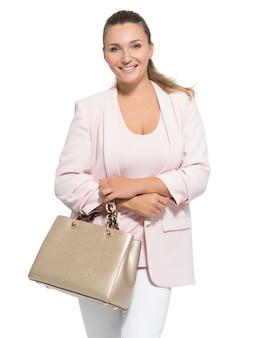 Portret dorosłej kobiety uśmiechnięta z torebką stwarzających nad białym