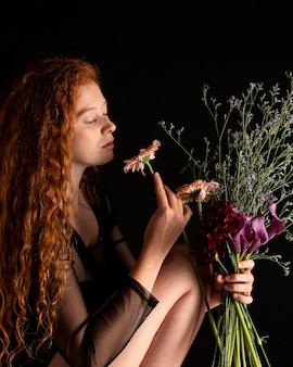 Portret dorosłej kobiety z kolorowymi kwiatami