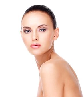 Portret dorosłej kobiety z piękną twarzą - na białym tle. koncepcja pielęgnacji skóry.