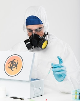 Portret dorosłej samiec przygotowywa medyczne próbki