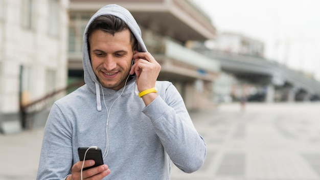 Portret dorosłej samiec słucha muzyka