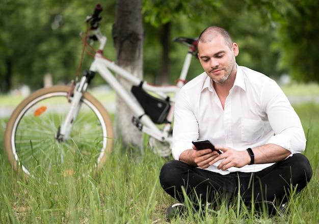 Portret dorosłej samiec wyszukuje telefon komórkowego