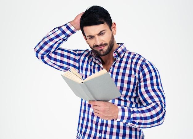 Portret dorywczo mężczyzna czytanie książki na białym tle na białej ścianie