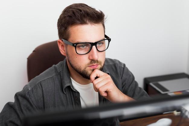 Portret dorywczo mężczyzna pracujący w domu