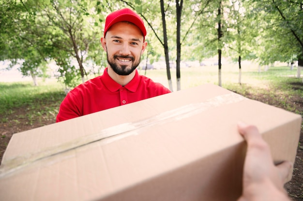 Portret dostarcza pakuneczek młody człowiek