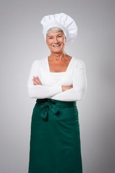 Portret doświadczonej kobiety szefa kuchni