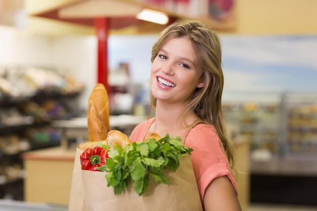 Portret dosyć uśmiechać się blondynki kobiety kupienia artykuły żywnościowy