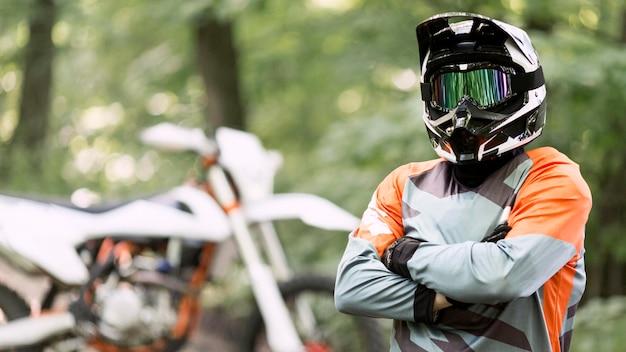 Portret dumny motocyklisty jeźdza pozować
