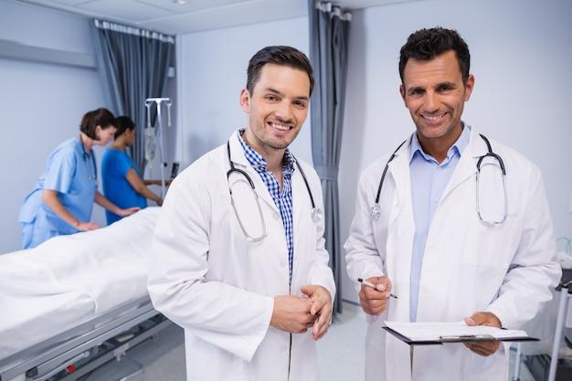 Portret dwa lekarki stoi z raportem medycznym