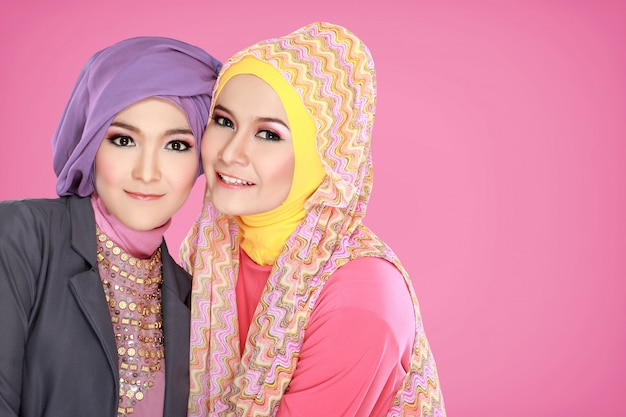 Portret dwa pięknej muzułmańskiej kobiety wpólnie