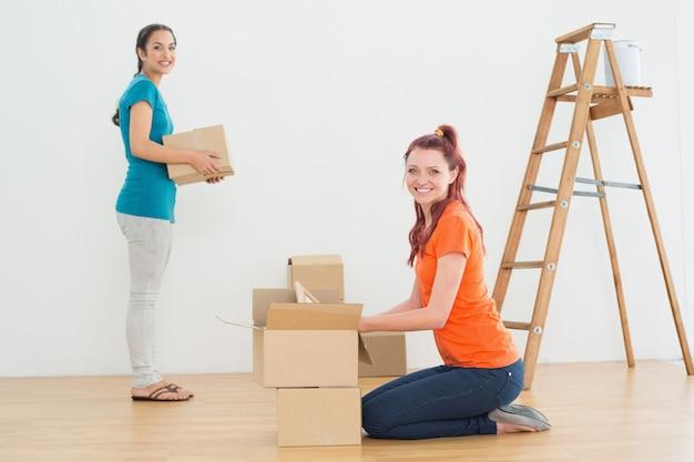 Portret dwa przyjaciela rusza się wpólnie w nowym domu