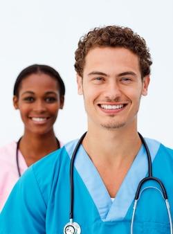 Portret dwa uśmiechniętej lekarki przeciw białemu tłu