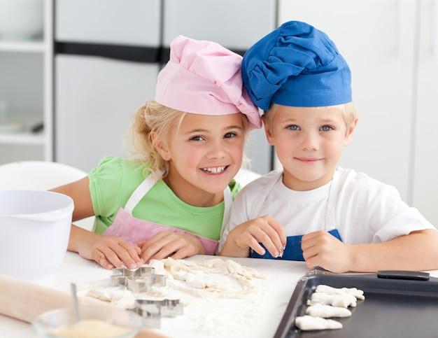 Portret dwa uroczego dziecka piec w kuchni