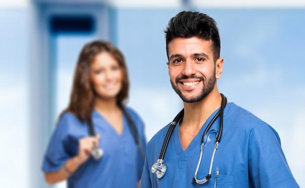 Portret dwa uśmiechniętego medycznego pracownika