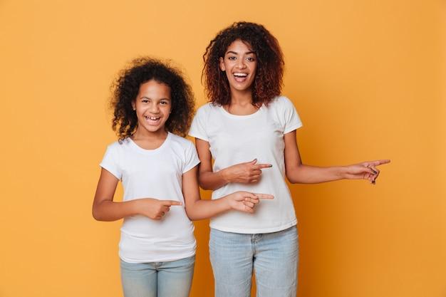 Portret dwa uśmiechniętej afro amerykańskiej siostry