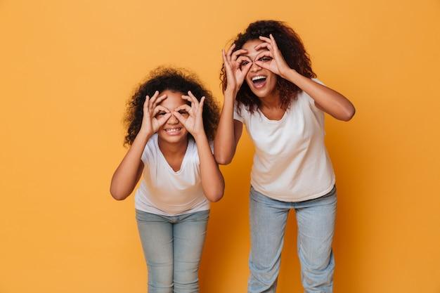 Portret dwa uśmiechniętej afrykańskiej siostry