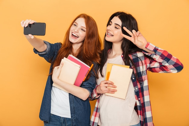 Portret dwóch całkiem młodych kobiet w szkole