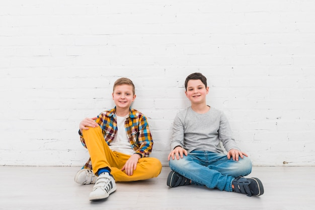 Portret dwóch chłopców w domu