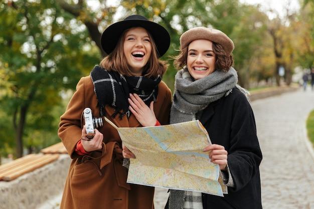 Portret dwóch dziewcząt szczęśliwy ubrani w jesienne ubrania