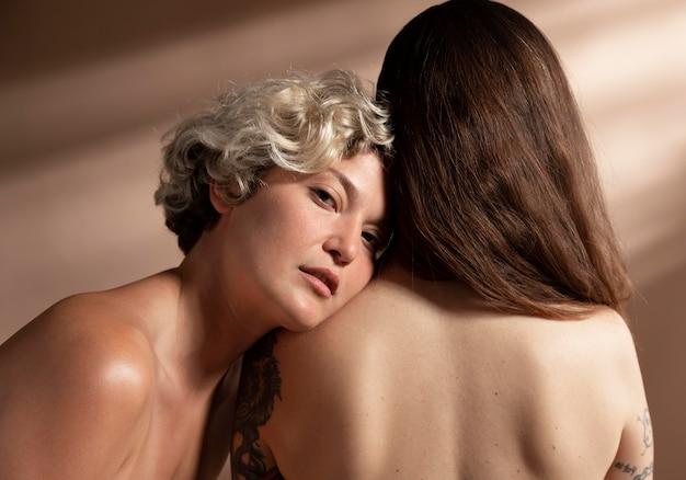 Portret dwóch kobiet bez koszuli pozujących zmysłowo